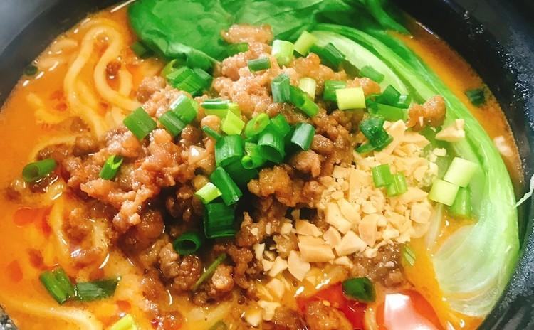 スープが流れ出るほうれん草入り蒸し餃子&坦々麺