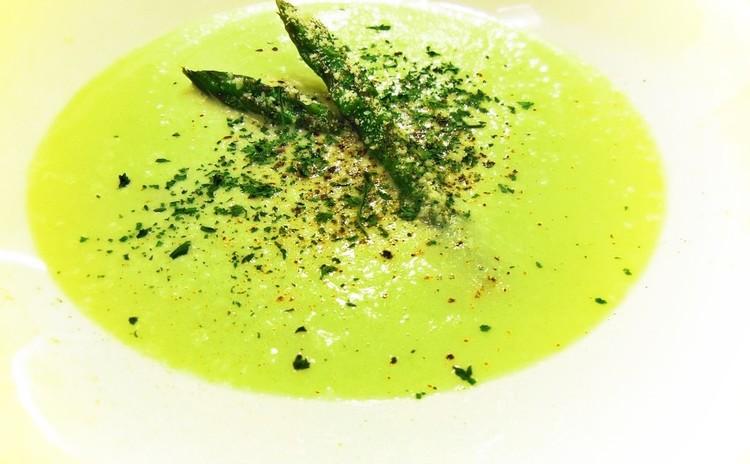 グリーンアスパラガスとパルミジャーノチーズ風味のスープ