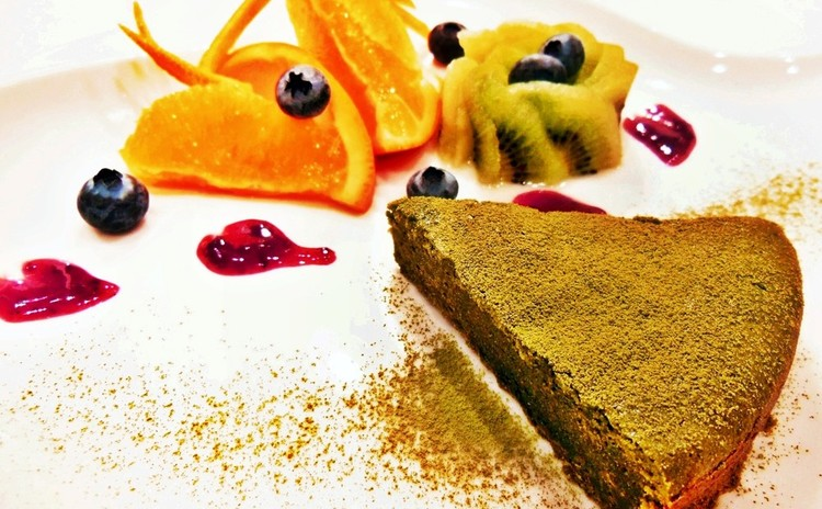 ガトー抹茶と季節の飾り切りフルーツ添え