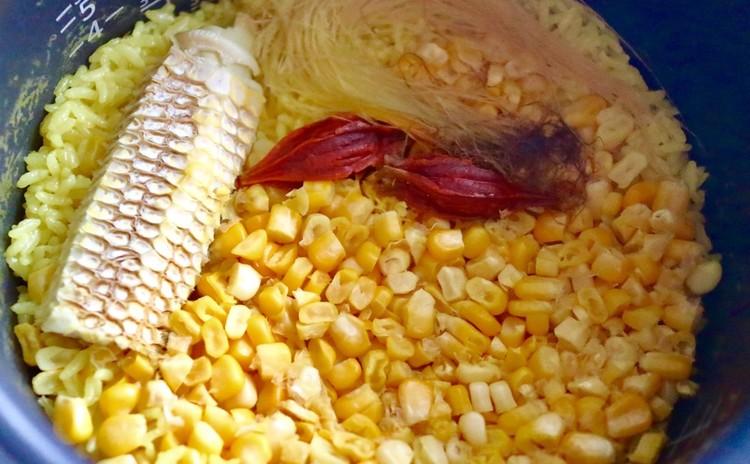 トウモロコシとクチナシのご飯