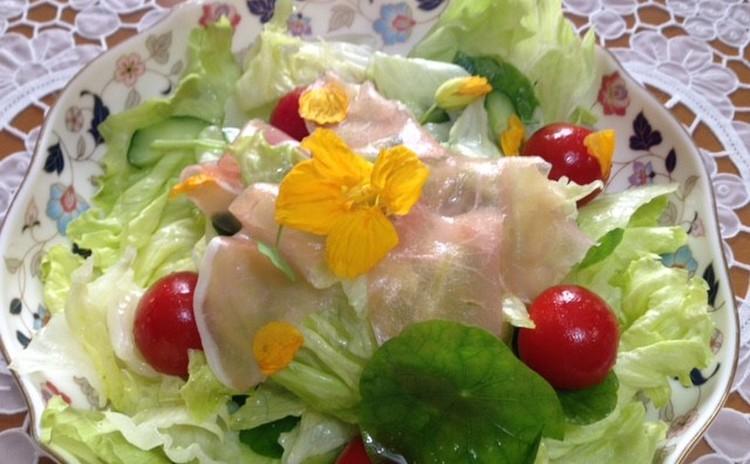 ナスタチウムと生ハムのサラダ