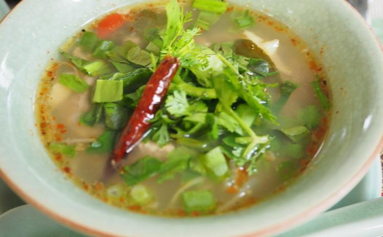 ソムタム(青いパパイアのサラダ)は、ヘルシービューティーサラダ❤ ハーブたっぷりの鶏のステーキと豚バラ軟骨のスパイシースープは、蒸したもち米と共にいただきます♪