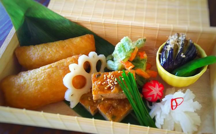 夏の爽やか和食 いなり寿司 鶏つくね かき揚げ 他2品