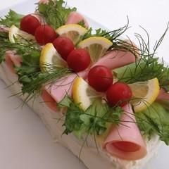 甘いケーキに見えてサンドイッチ!?フィンランドのお祝いテーブルに!