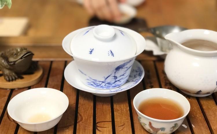 食事中の季節の中国茶席