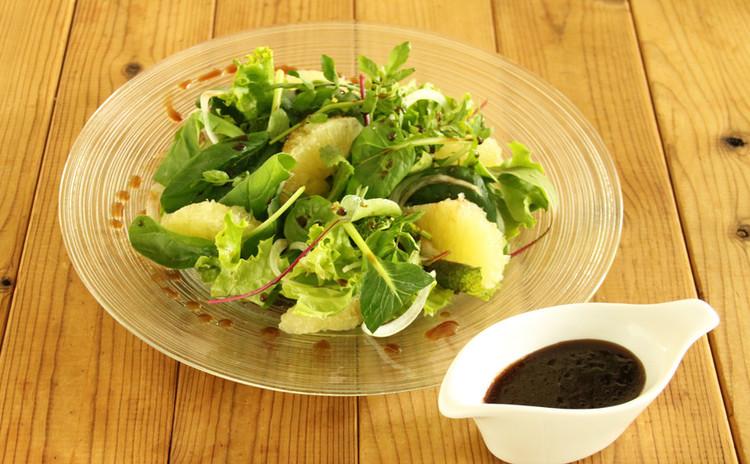 手作りバルサミコ酢ドレッシングでいただくグリーンサラダ