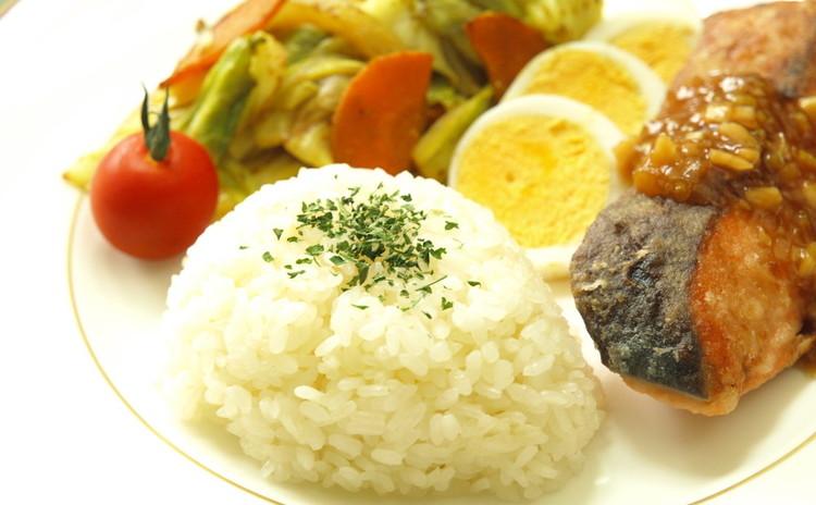 夏メニュー!魚のムニエル香味ソース&バターライス&野菜炒めカレー風味