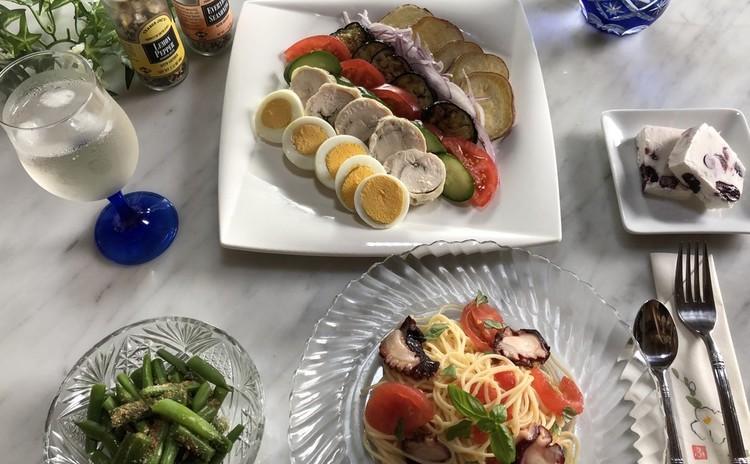 タコとトマトの冷製パスタ、鶏ハムのラインサラダ、ベリーのセミフレッド