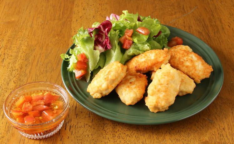 チキンナゲットと手作りトマトドレッシングのサラダ