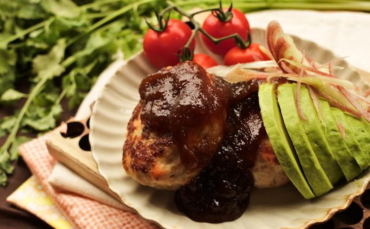 鮭と豚肉のアボカドハンバーグ 玉ねぎワサビソース添え