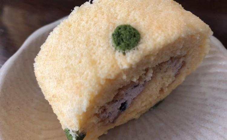 抹茶ドットの小豆ロールケーキ