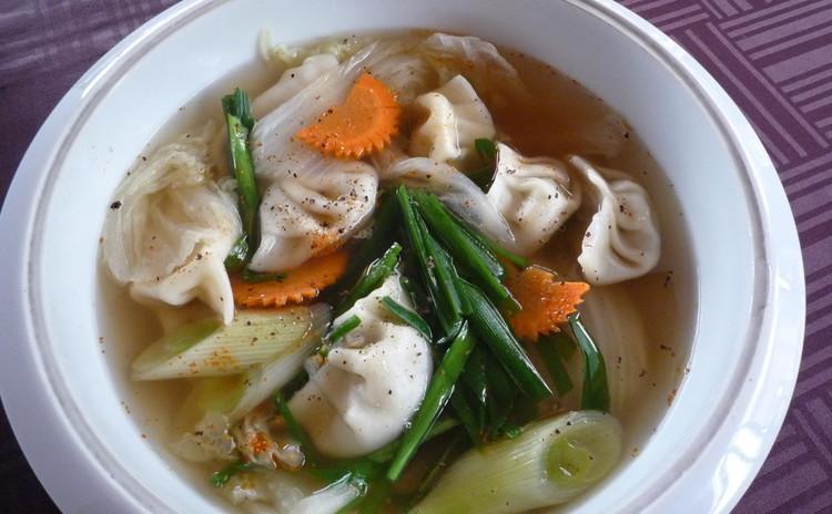手作り餃子の酸っぱいピリ辛スープ仕立て