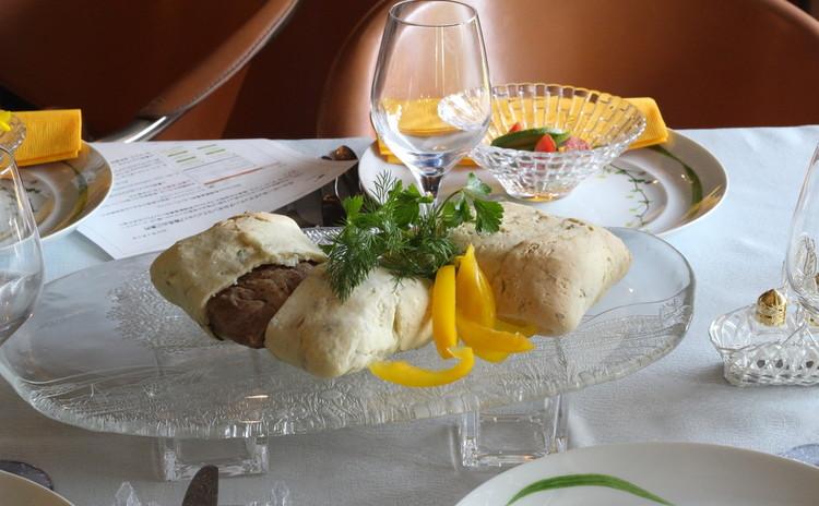 華やか塩生地包み焼・パスタ背の魚香草パン粉で・木の実タルト・香草料理