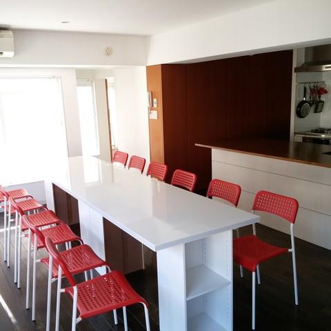白と赤を基調としたアイランドキッチン