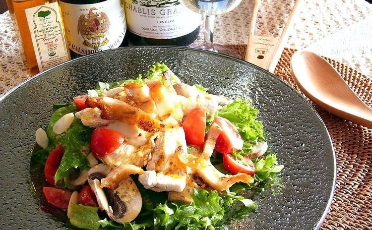 チキンの贅沢サラダ スパイシーヨーグルトソース