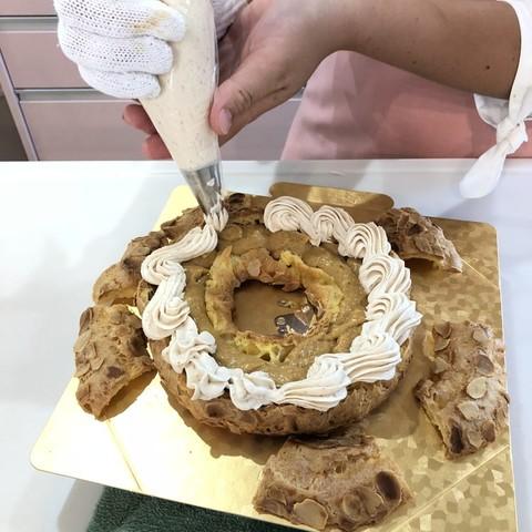 フランス伝統菓子パリブレスト、仕上げのクリームを生徒さんが絞っています!!