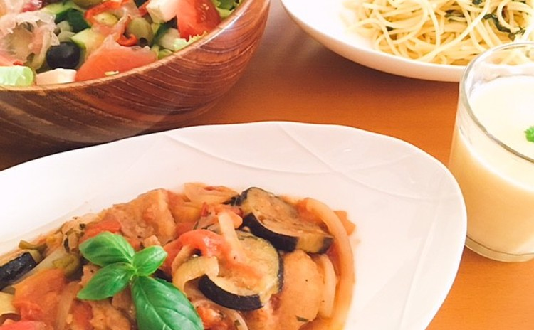 残暑にうれしい料理レッスン チキンのトマト煮、簡単バジルソースから作るバジルパスタ、ビシソワーズ、オリーブとチーズのサラダ、梨のコンポート