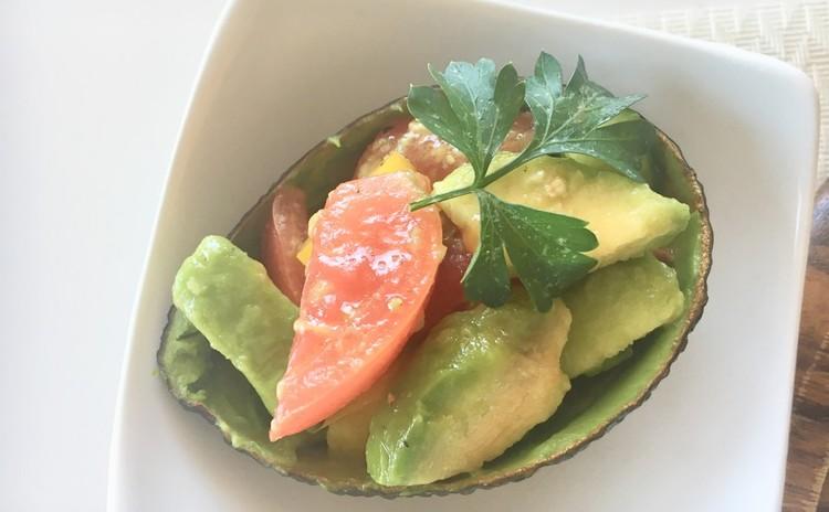 フレッシュトマトドレッシングとアボカドカップのサラダ