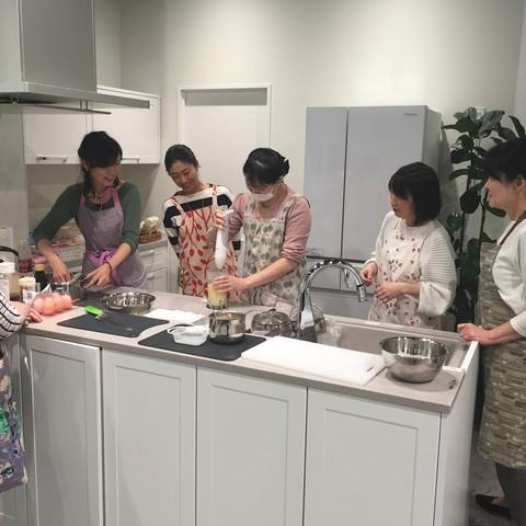 ショウルームキッチンの最新設備を使って実際にお料理♪