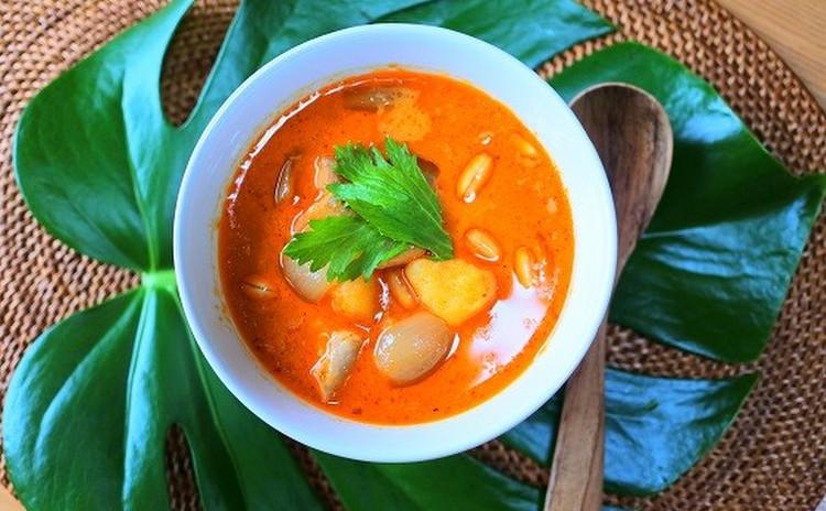 ごちそうヤムウンセンと、世界一美味しい料理に選ばれたカレー。ボウルごと抱えて食べたいマンゴープリンをデザートに。
