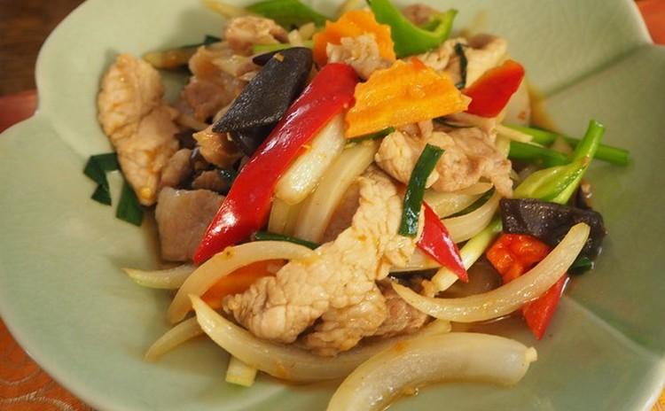 プー・オプ・ウンセン(渡り蟹と春雨のハーブ蒸し)は、じんわり優しい美味しさです! 海老でも同様に作れます。可愛いお鍋でそのまま食卓に出せば、皆さんに喜ばれます♪ 豚肉と生姜炒めも卵焼きのスープも寒い冬に体が温まる嬉しい料理です❤