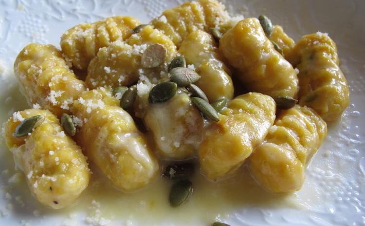 コロコロ手で丸めるお団子料理、カボチャのニョッキにポルペッタ