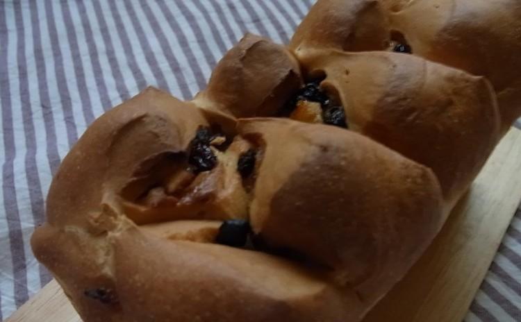 ちょっと苦みのあるドライフルーツたっぷりのパンと栄養価満点のパン