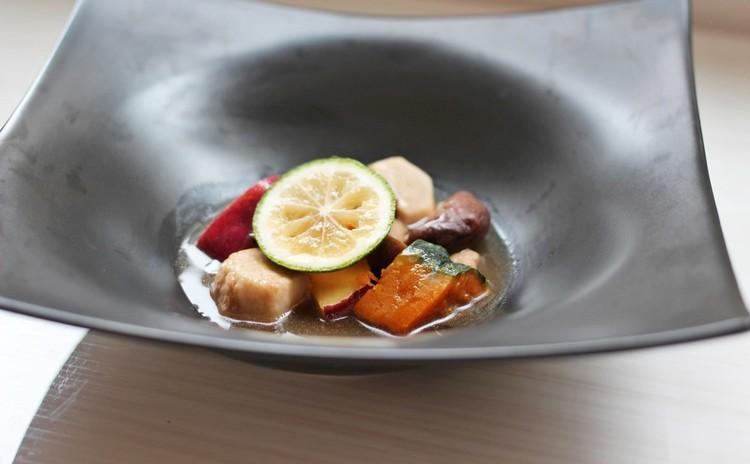 秋の食材をつめたほうじ茶のスープ 国産鶏のジュ かぼすの香りを添えて ✾