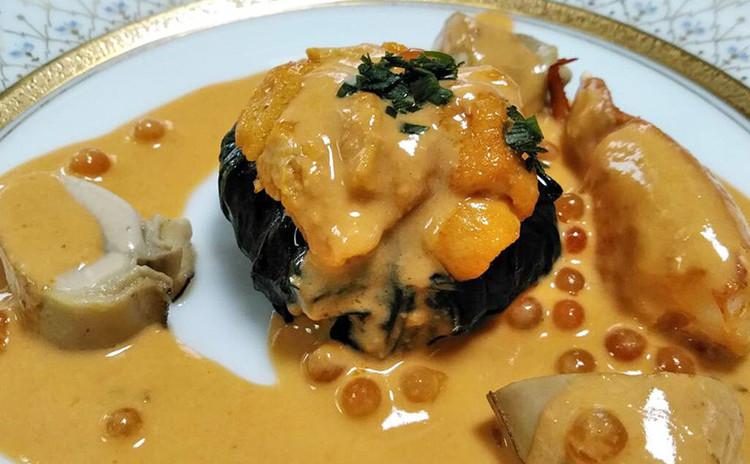 【コース料理】オマール海老と牡蠣、ウニ、イクラの組み合わせ。エビのクリームソース仕立て