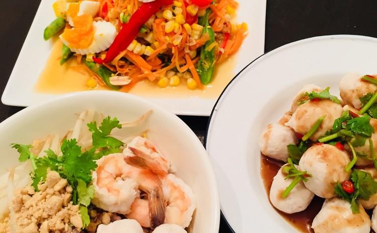 タイの屋台料理 センレックヘン(汁なしビーフン)、ルークチン(手作りつみれ)、季節の野菜のヤム