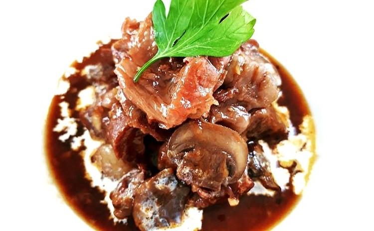 【ヘルシー洋食】牛スジのデミグラスソース煮込み、パセリマッシュポテト、麦サラダ