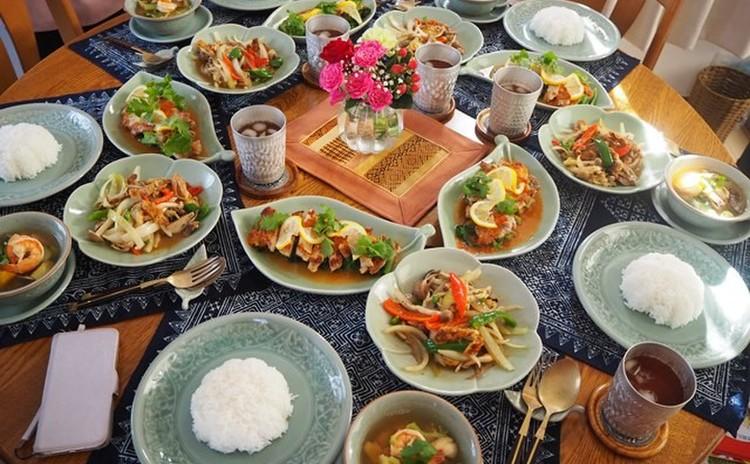 ソフトシェルクラブを使ったもう一つのお勧め料理! からりと揚げた蟹と彩り野菜を黒胡椒とにんにくで炒めます。 ポークステーキのレモンソースと海老と野菜の体に優しいスープの豪華3品をご紹介します。