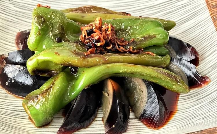 虎皮青椒(万願寺とうがらしのピリ辛炒め ピータン添え)
