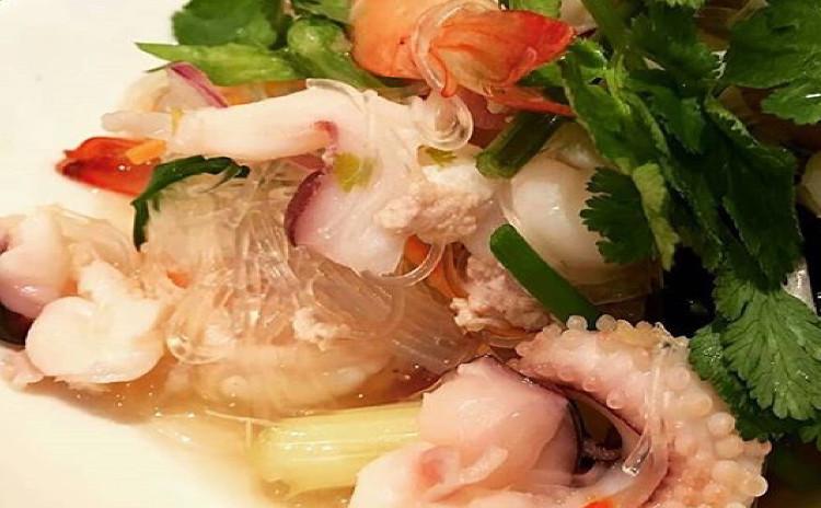 プーパッポンガリ①ふわっとろの殻ごとを食べられるソフトシェルクラブのカレー炒め、②本格的春雨のサラダ。③ふわふわな海老すり身揚げ