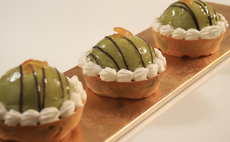 ぷるんと抹茶のムースがオン!プチタルトと自家製フルーツケーキ