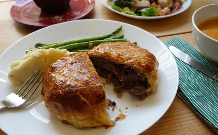牛肉のパイ包み焼き(ビーフウェリントン)とチョコレートカップのトライフル