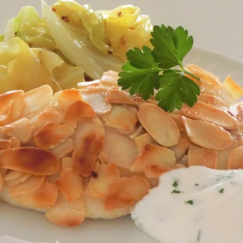 魚のアーモンド風味 シェーブルソース