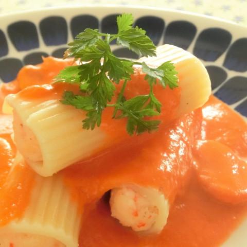 詰め物をしたマカロニ トマトクリームソース