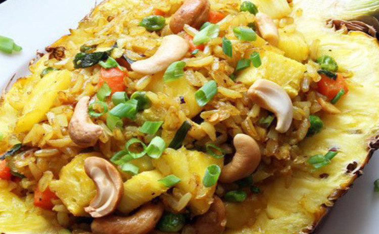 オリエンタル雰囲気なパイナップルチャーハン、レモングラス香り海老サラダ、辛酸っぱい鶏スープトムヤムガイバジル香りがたまらないスープ。絶品タイ料理を一緒に作りませんか〜