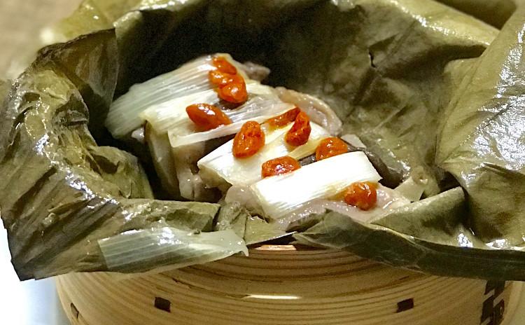 中華でおもてなし/比内地鶏の中華粥・豚肉の蓮の葉包み蒸し・牡蠣とレタスの紹興酒煮・むね肉と大根の和え物・デザート