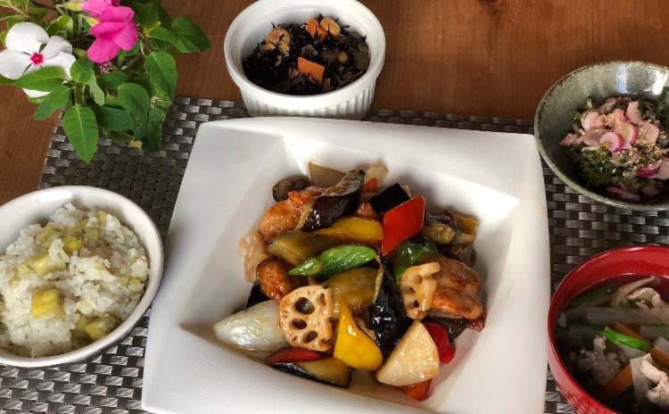 伊勢鶏の黒酢あん炒め、松阪豚の沢煮椀、ひじきの重ね煮、日野菜漬け