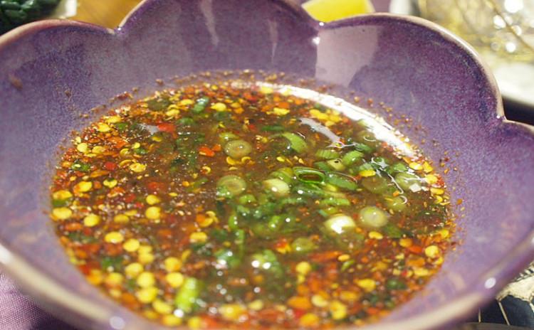 タイで人気の鍋料理「チムチュム」は、ハーブたっぷりで元気が出る鍋です! スープにもタレにもハーブを入れるので、お部屋の中は良い香りに包ませます。チャーンビールで乾杯して、お腹いっぱい召し上がっていただくと、体がぽかぽか温まります♪