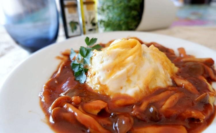 洋食屋さんのメニューをご自宅で 濃厚デミソースのドレスオムライス 2度美味しいオニオングラタンスープやコールスロー
