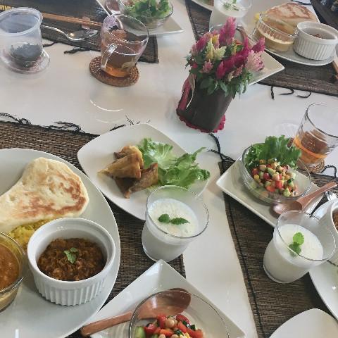 2種のカレー ナンサモサなどインド料理メニュー