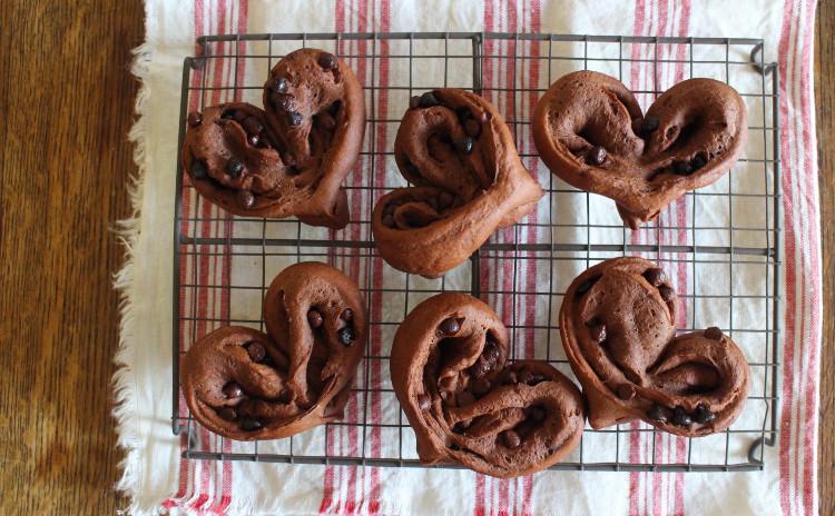 *バレンタインにいかがですか?*chocolatStollen*中種法で味わい深く!!生地にもフィリングにもカカオ風味たっぷりの大人のシュトーレンです*sweet chocolate heart*ふんだんなチョコチップ入りハートの形がキュートなパンです*試食時に講師の焼いたシュトーレンとパン、スープをお出しします*