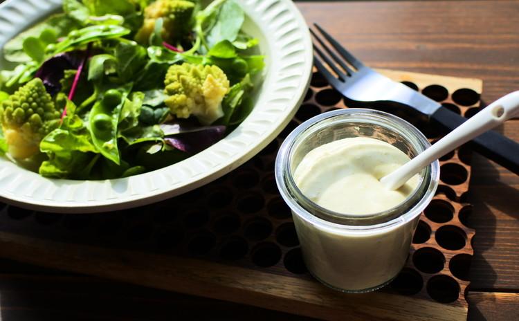 緑色のサラダ ブルーチーズのドレッシング添え