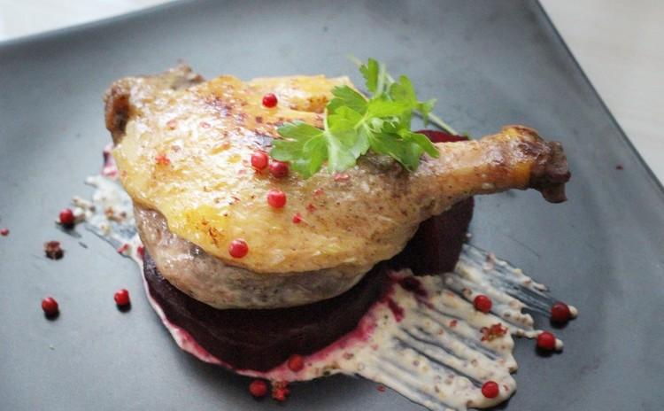 骨付き鴨もも肉のコンフィ ローストビーツ添え マスタードソース