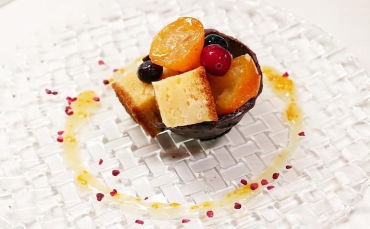 チョコの器に入ったヨーグルトケーキと金柑のコンポート 金柑ソースを添えて