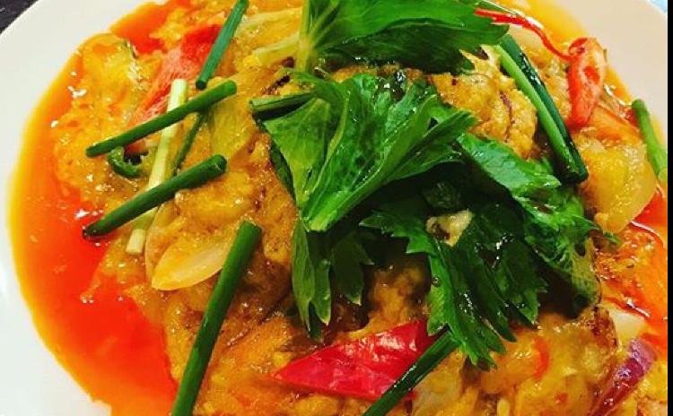 *プーパッポンガリ*殻ごとを食べられるソフトシェルクラブのカレー炒め、本格的春雨のサラダ。