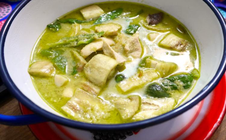 フレッシュハーブが香る手作りぺーストのグリーンカレー&ツナのサラダ+野菜の簡単カービング